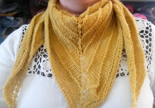 Idag bjuder vi på ett gratis mönster på en enkel och snabbstickad sjal –  perfekt nu i julklappstider! Sjalen Wiggy är stickad i Alb Lino från  SchoppelWolle 0d31e28f53f0d