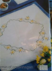 Stor påskduk ritat mönster med spets 27-1673S